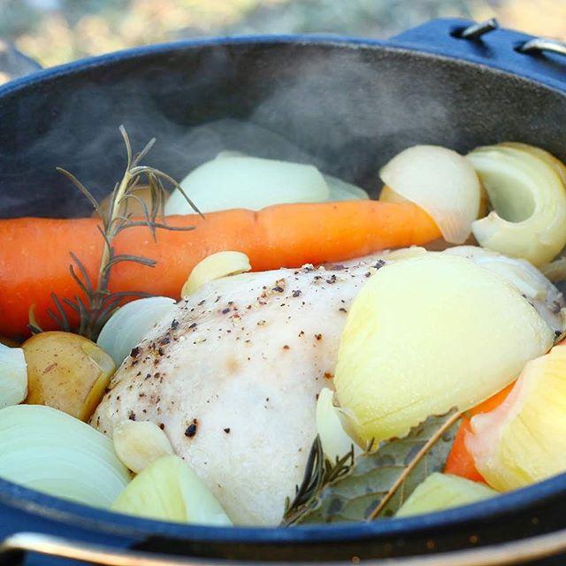 過去キャンプpic.110月27.28日静岡県渚園キャンプ場にてスノーピークさん主催のストアキャンプに参加してきました晩ご飯は丸鳥一匹を料理!ダッチオーブンの中に鳥と野菜をゴロゴロ入れて焚き火にかけるだけ!水を一切入れていないのに野菜の水分と鳥の旨みが染み出す・・・・。 美味かったー!! #キャンプ #キャンプ飯 #冬キャンプ #キャンプごはん #アウトドア #アウトドア料理 #アウトドア好きな人と繋がりたい #アウトドア好き #キャンプ好きな人と繋がりたい #秋キャンプ #camp #outdoors #outdoor #outdoorlife #ダッチオーブン #ダッチオーブン料理 #ダッチオーブン最高 #まるどり #丸鳥 #野菜の旨み #leathact #レザクト #焚き火料理 #焚き火料理が楽しくて #渚園