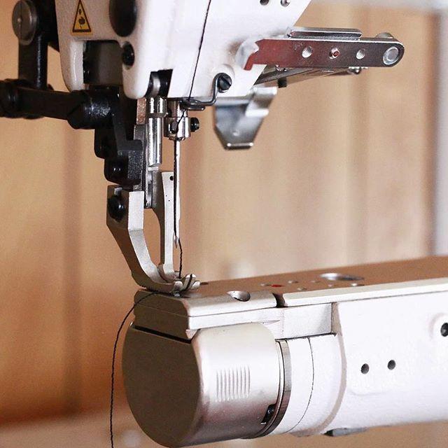 上下の送りで厚さ4mmの革二枚重ねもガンガン縫えます!糸の調整も済んだのでこれからバリバリ働いてもらいますよ #レザクト #レザクトキャンプ用品 #leathact #機械導入 #工業用ミシン #腕ミシン #腕ミシン上下送り #ワクワク